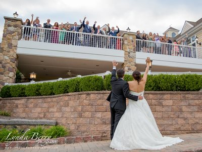 Bride & Groom wave to their guests!